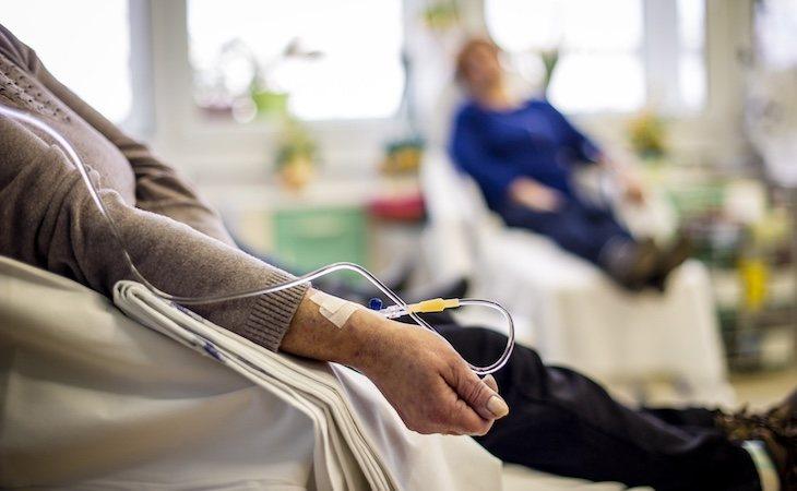 Muchas personas deciden sustituir la quimioterapia por tratamientos alternativos para curar el cáncer
