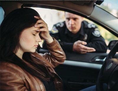"""Un policía para a una mujer y la multa por """"circular con exceso de belleza"""""""