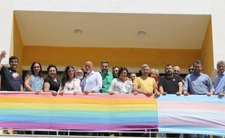Cuín, cuarta por la derecha, desde el balcón del Ayuntamiento de Torremolinos en el despliegue de banderas LGTBI