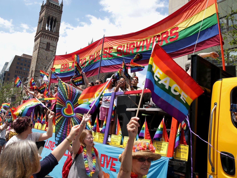 Tres hombres proponen un desfile del 'Orgullo Hetero'  y Chris Evans se ríe de ellos