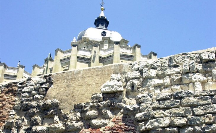 Lienzo de la muralla musulmana a la altura de la Catedral de La Almudena