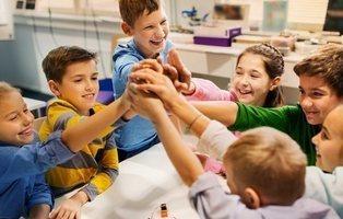 Todo el colegio aprende lengua de signos para dar la bienvenida a una compañera sorda