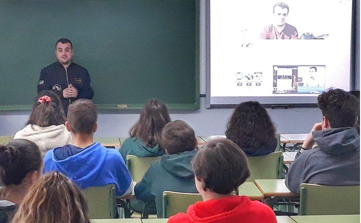Santiago Caamaño da charlas en institutos sobre el peligro de la ludopatía