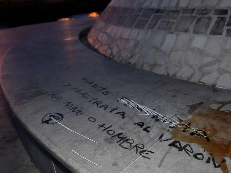 El monumento dedicado al niño Gabriel amanece lleno de pintadas