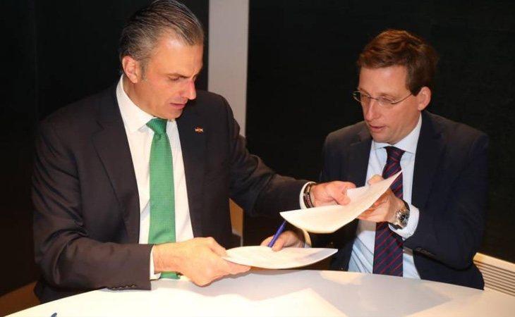 El nuevo alcalde de Madrid, José Luis Martínez Almeida, durante la firma de su pacto con VOX