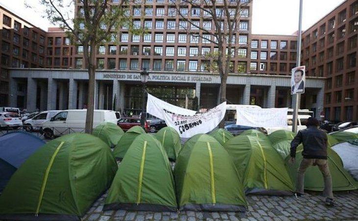 Varias personas acampan frente al Ministerio de Sanidad para exigir que se mejore su situación
