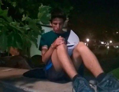 Andrés, el joven que estudia bajo una farola de Madrid a la espera de encontrar un futuro