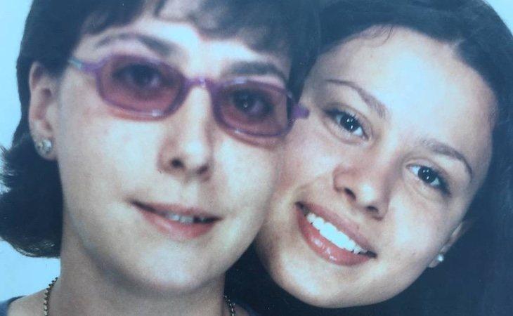 Manuela Grande con su hija Luna Fernández, la yihadista española retenida en un campamento kurdo - El País