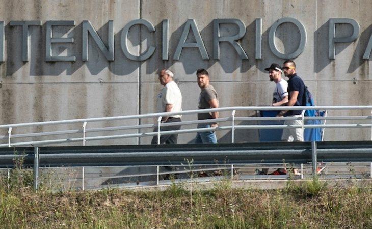 Los miembros de 'La Manada' a su salida del centro penitenciario en Pamplona, tras cumplir sus primeros dos años de condena preventiva