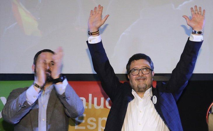 El líder de VOX en Andalucía, Francisco Serrano (dcha) junto a Santiago Abascal