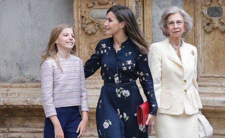 La relación entre Letizia y doña Sofía se arregló presuntamente tras un gesto en público a las puertas de la clínica donde operaban a don Juan Carlos