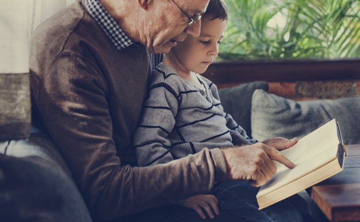 Un abuelo con su nieto, ¿Vitores y Aayan?