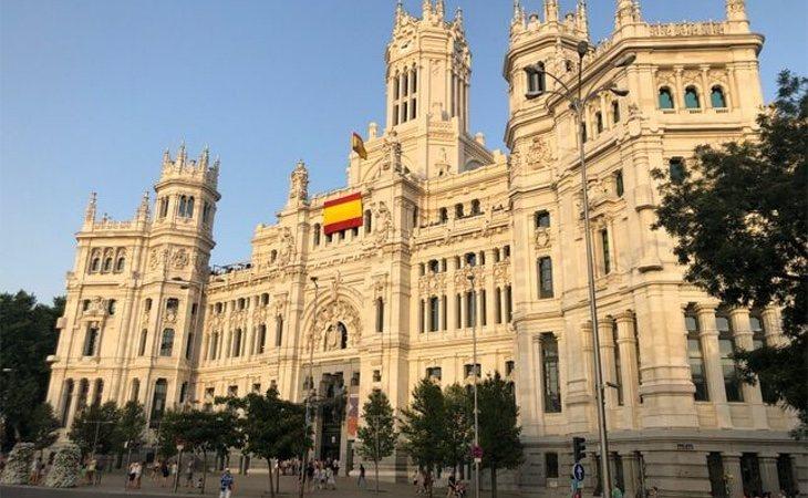 La bandera de España cuelga del Ayuntamiento de Madrid en apoyo al Consistorio catalán