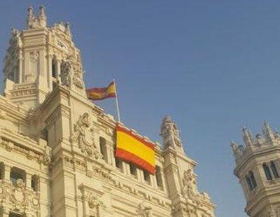El Ayuntamiento de Madrid coloca la bandera de España por exigencia de VOX y relega la del Orgullo LGTBI a un lateral