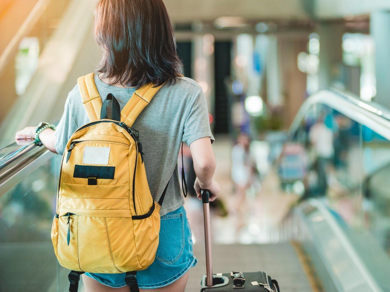 EasyJet echa a una mujer de un avión en Málaga por vestir una blusa escotada y con transparencias