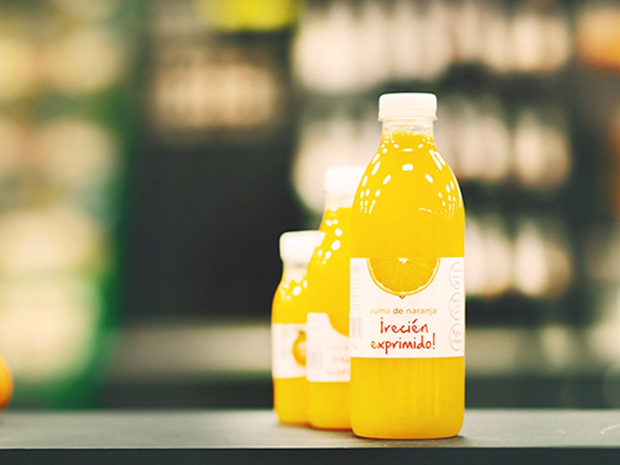 Compra un zumo de naranja recién exprimido en Mercadona y encuentra una colonia de gusanos vivos