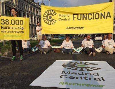 Fin a Madrid Central: Greenpeace bloquea la entrada ante la barra libre de Almeida a los coches