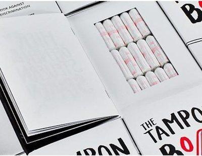 Se venden tampones escondidos en libros para denunciar la tasa rosa