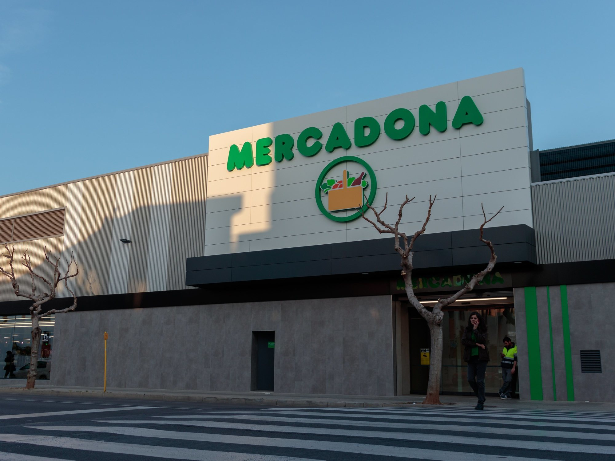 Mercadona busca personal a media jornada por 900 euros para su sección de comida preparada