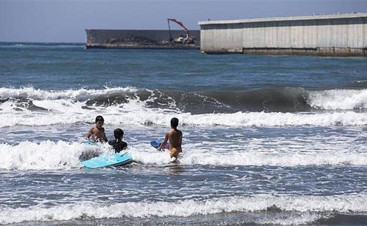 La AEMA califica la playa de las Azucenas de calidad insuficiente por sus residuos contaminados