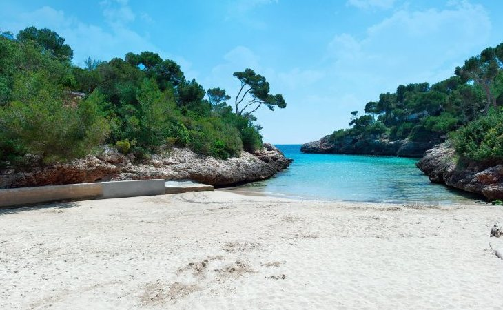 Pese a su imagen paradisíaca, los turistas vierten todo tipo de residuos en playa próxima a los resorts turísticos de Santayí
