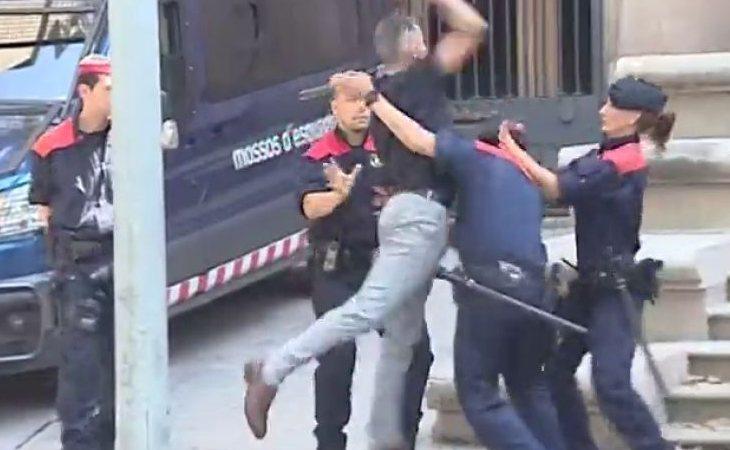El tío de la víctima intentó agredir a uno de los agresores a la salida de la vista donde comparecieron