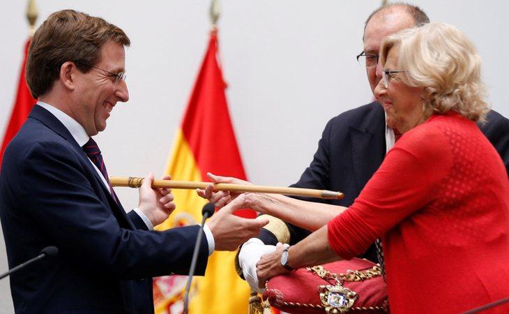 Carmena se despide y entrega su puesto como alcaldesa de Madrid al popular José Luis Martínez-Almeida