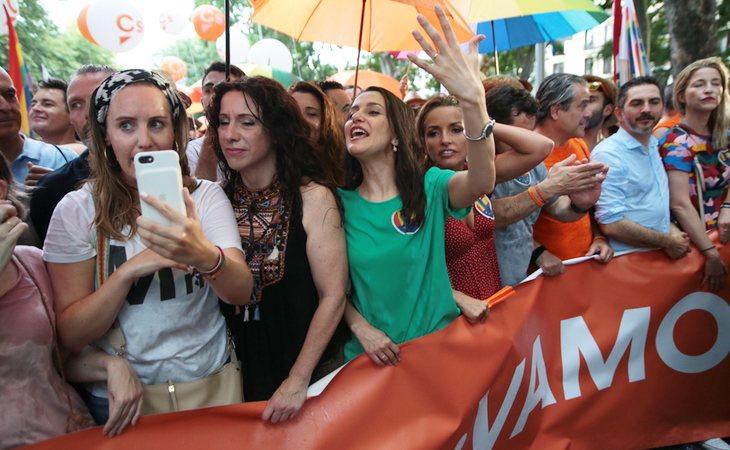 Ciudadanos durante el Orgullo LGTBI