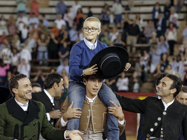 Piden un año de cárcel para tres tuiteros por desear la muerte de Adrián, el 'niño torero'