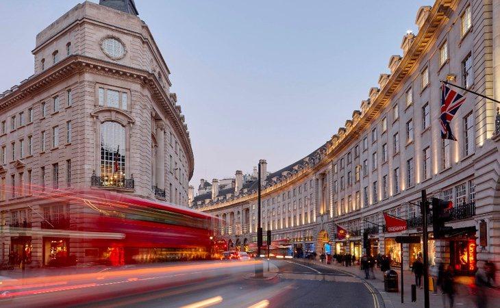 Los locales de la calle Regent Street en Londres son una de las fuentes de ingresos de la reina Isabel II de Inglaterra