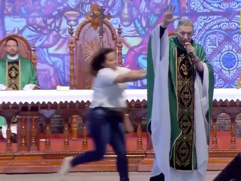 Una mujer se sube al altar y lanza a un sacerdote contra el suelo en plena misa