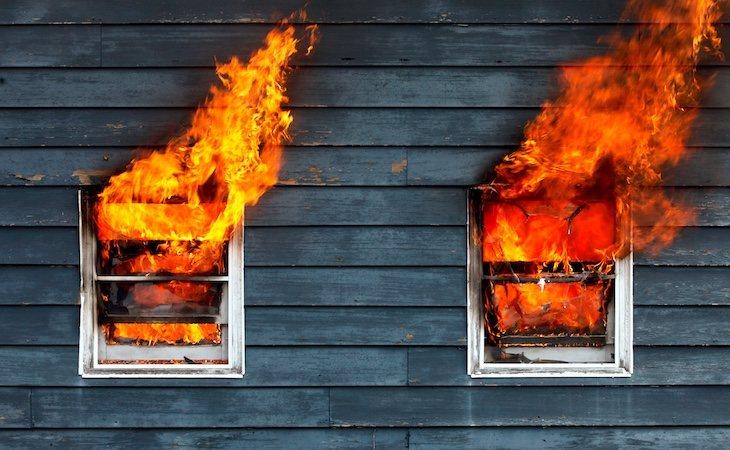 El joven sacó a sus sobrinos del incendio por la ventana