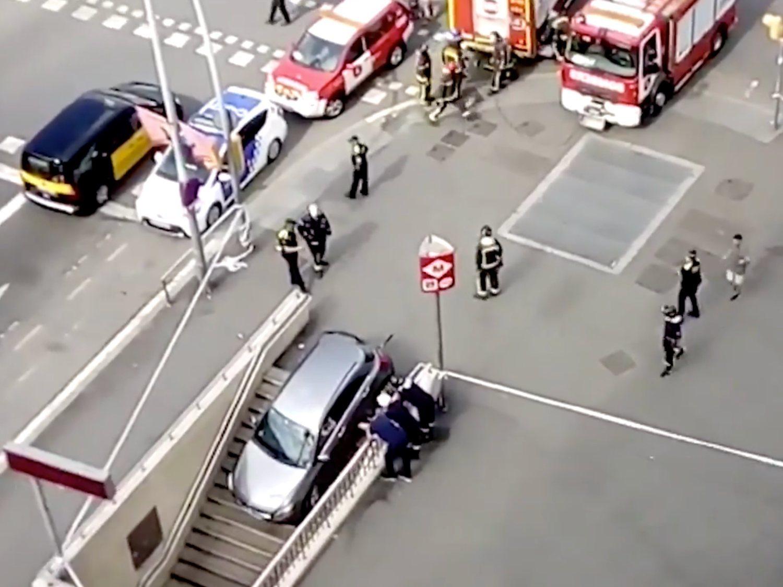 Empotra su coche contra el Metro de Barcelona al confundir la entrada con un aparcamiento