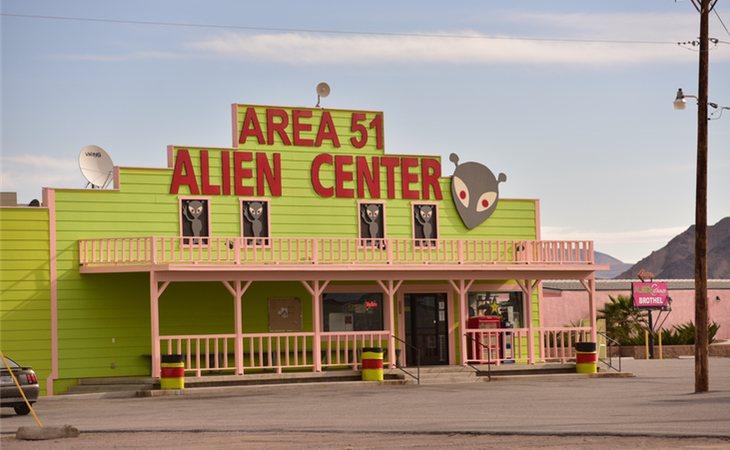 El fenómeno conspiratorio ha dado lugar a lugares turísticos como hoteles, restaurantes y tiendas de souvenirs tematizadas