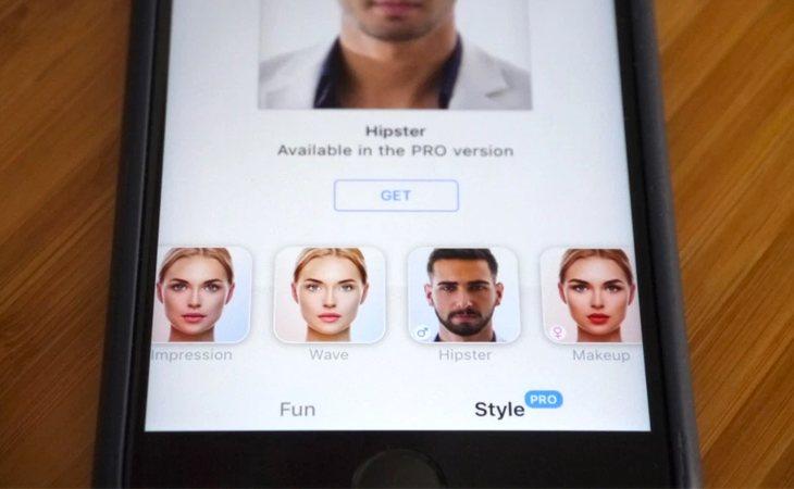 FaceApp no solo permite modificar nuestra cara con rasgos más adultos, sino que podemos cambiar el color de pelo, el tono de piel o el vello facial