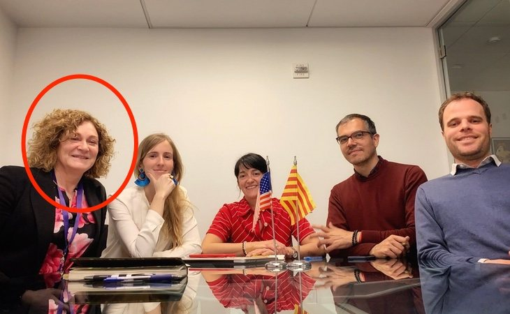 María Pilar (izq) en una reunión celebrada en la sede de la embajada catalana en Estados Unidos