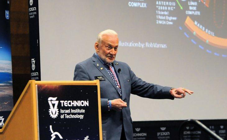 Buzz Aldrin fue el que más miradas atrajo tras su constante exposición a los medios y expertos en la materia al superar la depresión
