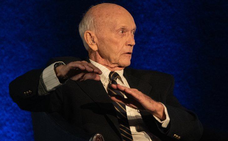 Collins fue el escritor más exitoso de los tres y se inició en el mundo de la burocracia estadounidense