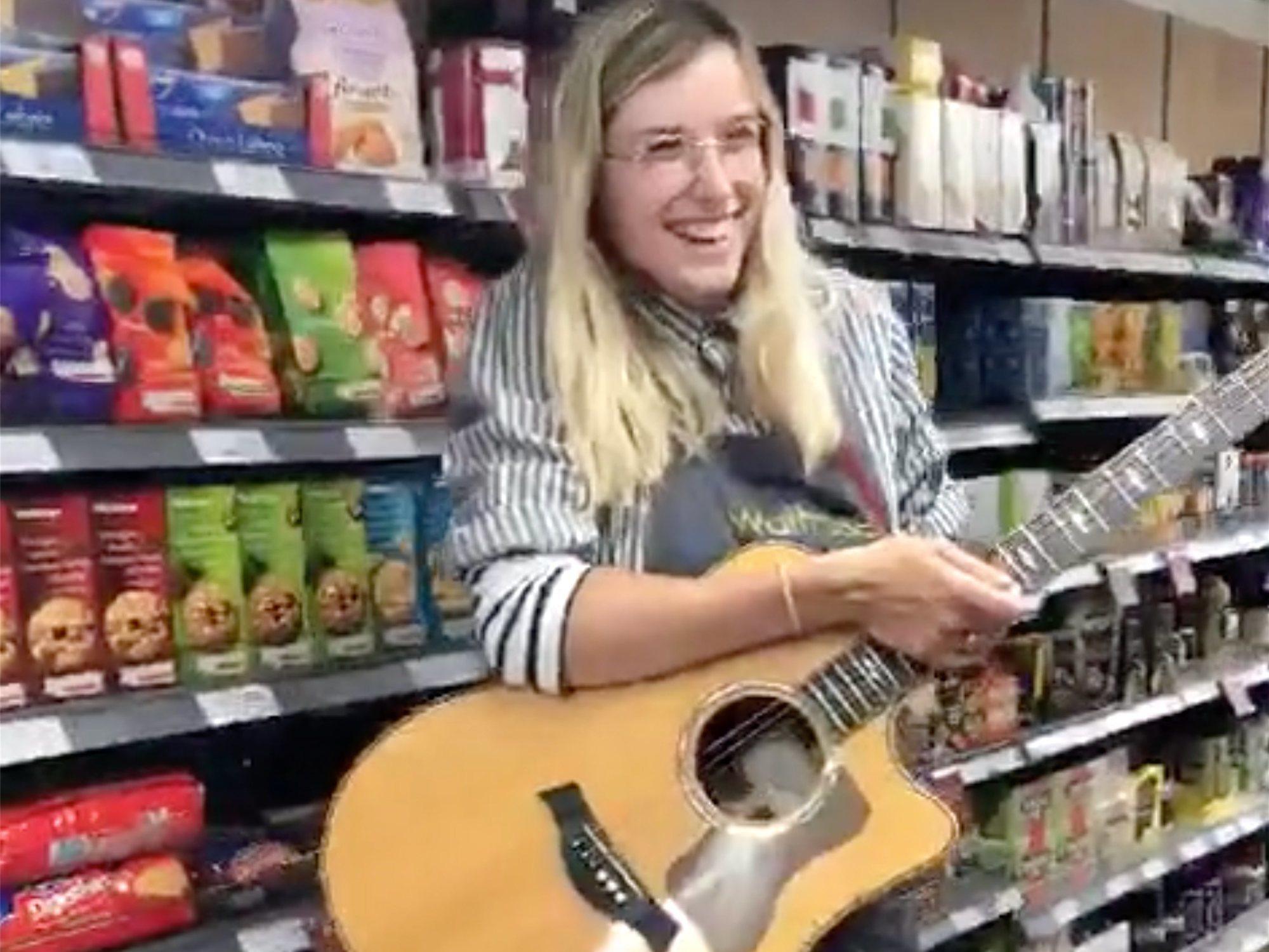 Una reponedora se graba cantando en el súper, se viraliza y ahora firma un contrato internacional