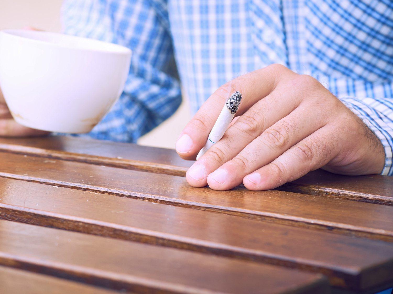 Cataluña prohibirá fumar en terrazas y paradas de bus en 2020