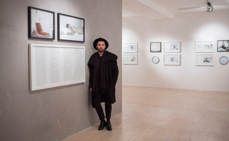 Abel Azcona en su exposición 'Las horas'