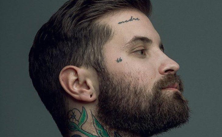Abel Azcona lleva tatuada la palabra 'madre' en la frente