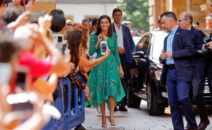 La reina Letizia saluda a los vecinos de su Oviedo natal a su llegada a la Escuela de Música de la Fundación Príncipe de Asturias