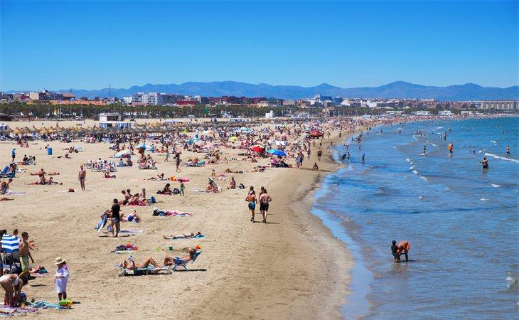 Las autoridades advierten acerca de los peligros mediambientales que suponen los residuos de tabaco para las aguas de las playas españolas