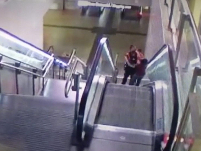 Dos agentes de seguridad agreden violentamente a un hombre negro en el Metro de Madrid