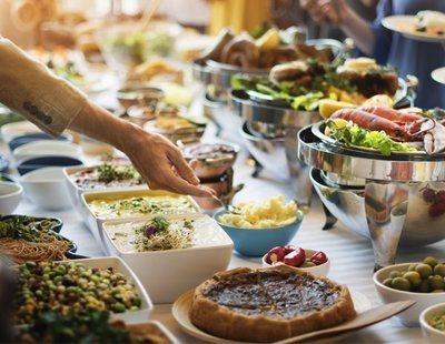 Los alimentos de los que no deberías fiarte si acudes a comer a un buffet libre
