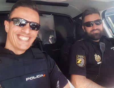 La moda de los selfies de la policía en uniforme, incluso para ligar, desata la polémica