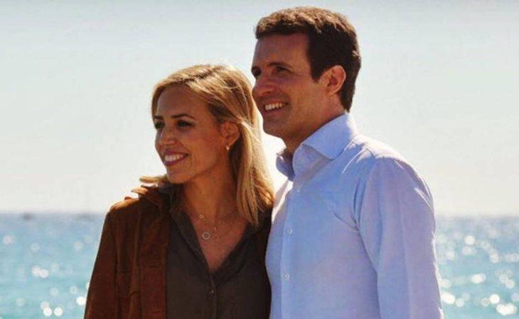 Pablo Casado acompañado de su mujer