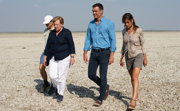 Pedro Sánchez, con Angela Merkel, en sus vacaciones de 2018