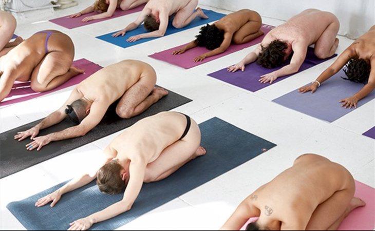 Practicar yoga desnudos se ha puesto de moda